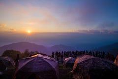 Tente de camping avec la montagne de lever de soleil Photo libre de droits