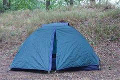 Tente de camping de touristes dans les bois Photo libre de droits