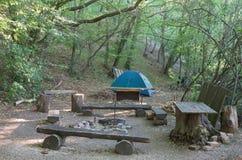 Tente de camping de touristes dans les bois Image stock