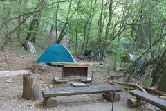 Tente de camping de touristes dans les terrains de camping dans les bois Image libre de droits