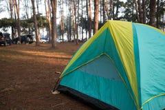 Tente de camping en parc public Photographie stock