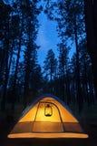 Tente de camping lumineuse sous des étoiles Photos stock
