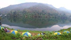 Tente de camping près du kanchanaburi de Kwai de rivière, Thaïlande banque de vidéos