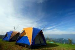 Tente de camping sur la montagne avec le ciel bleu Images libres de droits