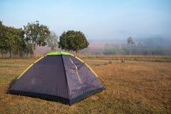 Tente de camping de tourisme en parc public Photographie stock