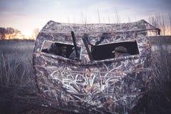 Tente de chasse avec des chasseurs attendant la proie dans les buissons tubulaires photographie stock