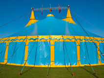 Tente de cirque bleue et jaune de grand dessus Photos libres de droits