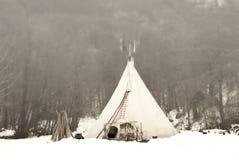 la vieille tente dans la for t d 39 hiver images stock image 34518184. Black Bedroom Furniture Sets. Home Design Ideas