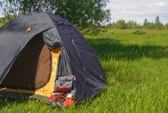 Tente de touristes avec le sac à dos Photographie stock libre de droits