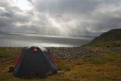 Tente de touristes dans la tempête Images stock