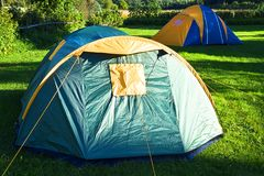 Tente de touristes dans le camp de forêt à l'heure d'été photo stock