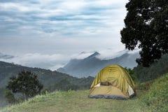 Tente de touristes dans le camp parmi le pré dans la montagne photos stock