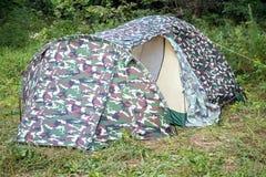Tente de touristes dans les bois Photos stock