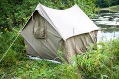 Tente de touristes dans les bois Image libre de droits