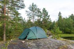 Tente de touristes dans les roches de l'île d'imall dans le lac Ladoga, Carélie Photographie stock libre de droits