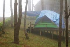 tente de touristes en brume et brouillard Photographie stock