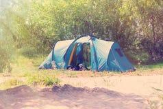Tente de touristes pendant l'été dans les bois Image libre de droits