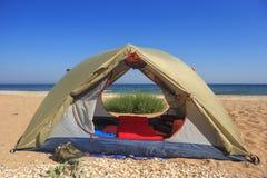Tente de voyage sur le bord de la mer arénacé sauvage Photos libres de droits