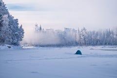 Tente du ` s de pêcheur un matin givré sur une rivière congelée Images libres de droits