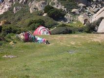 Tente en nylon érigée pour des vacances campantes dans le pré d'isolement, Sardaigne, Italie photo stock