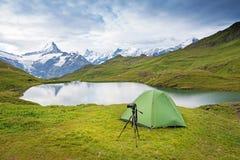 Tente et appareil-photo sur un trépied dans les montagnes dans les Alpes suisses, Image libre de droits