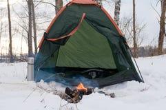 Tente et feu de camp dans la neige, campant en hiver, Photographie stock libre de droits