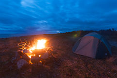 Tente et feu sur le bech de la mer blanche Photos stock
