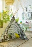 Tente et hamac dans une chambre images stock