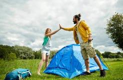 Tente heureuse d'établissement de couples dehors Photo libre de droits