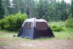 Tente installée au milieu de la région sauvage Photographie stock