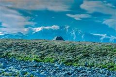 Tente isolée avec la montagne de Wrangell-St Elias dans hélas Photographie stock