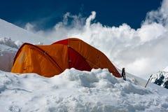 Tente isolée dans la neige Images libres de droits