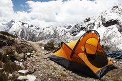 Tente jaune dans la montagne Photo libre de droits