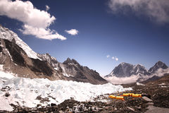 Tente jaune dans le camp de base d'Everest Images stock