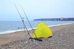 Tente jaune de pêche sur un Pebble Beach Photo libre de droits