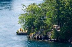 Tente jaune sur le point rocheux Photo libre de droits
