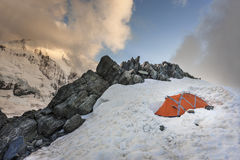 Tente orange en bountain de Mont Blanc Photos libres de droits
