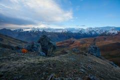 Tente orange en montagnes près de Bezengi Images libres de droits