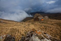 Tente orange en montagnes près de Bezengi Photo libre de droits