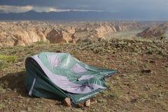 Tente pendant une tempête dans les canyons photographie stock