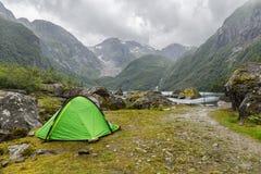 Tente près de glacier de Buerbreen, Norvège Image libre de droits
