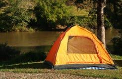Tente près de rivière Photo stock