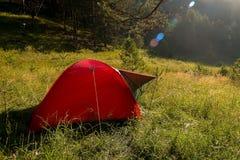 Tente rouge dans les montagnes d'Altai, Russie photos stock
