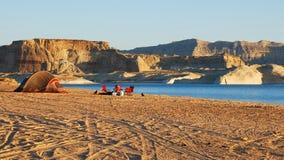 Tente rouge sur la plage de lever de soleil Photo stock