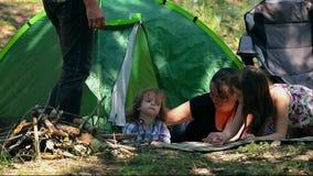 Tente se réunissante caucasienne de papa et de fils en vacances dehors banque de vidéos