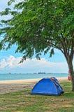 Tente sous l'arbre par la mer Photographie stock libre de droits