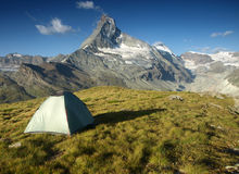 Tente sous Matterhorn, Suisse Photos stock