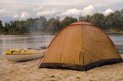 Tente sur la rive avec le kayak Photographie stock libre de droits