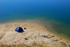 Tente sur le rivage du lac image libre de droits