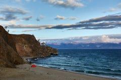 Tente sur le rivage du lac photo libre de droits
